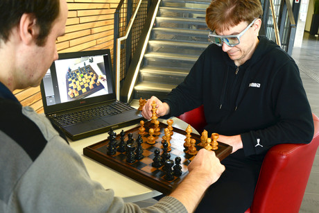 Using special glasses, the project Ceege tracks the chess player's eye movements. Most players keep their eye on the key chess pieces. Photo: CITEC/Bielefeld University