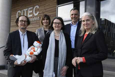 Celebrating 10 years of CITEC (from left): CITEC Coordinator Prof. Dr. Helge Ritter with Nao the robot, Managing Director Anita Adamczyk, Deputy Coordinator Prof. Dr.-Ing. Britta Wrede, Rektor Prof. Dr.-Ing. Gerhard Sagerer, and Minister of Culture and Science of North Rhine-Westphalia Isabel Pfeiffer-Poensgen. Photo: CITEC/Bielefeld University
