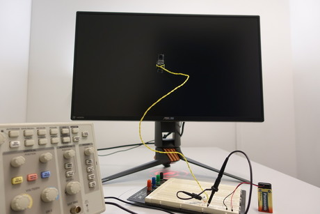 A monitor was added for use in the self-developed measuring setup, which allows for high frequency presentation. Photo: CITEC/Universität Bielefeld