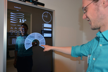 Alexander Neumann shows how to operate the mirror. Photo: CITEC/Bielefeld University