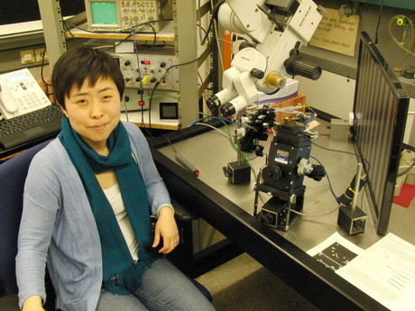 Jinglin Li investigates the visual system of flies in the lab. Based on this model, engineers are developing artificial visual systems.