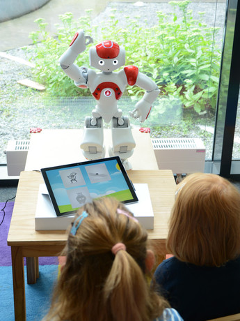 The humanoid robot Nao teaches children a foreign language in the project L2Tor. Photo: Bielefeld University/CITEC