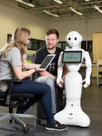 The Central Lab Facilities also make service robots such as Pepper available to CITEC researchers. Photo: CITEC/Friso Gentsch