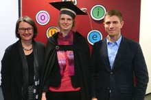 "Anja Philippsen (center) at the graduation ceremony, wearing a special cap from the ""Applied Informatics"" research group. Celebrating alongside Philippsen are her evaluators Prof. Dr-Ing. Britta Wrede and Dr. Felix Reinhart."